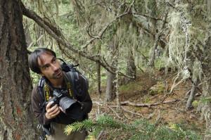 Christophe Sidamon-Pesson photographiant des lichens